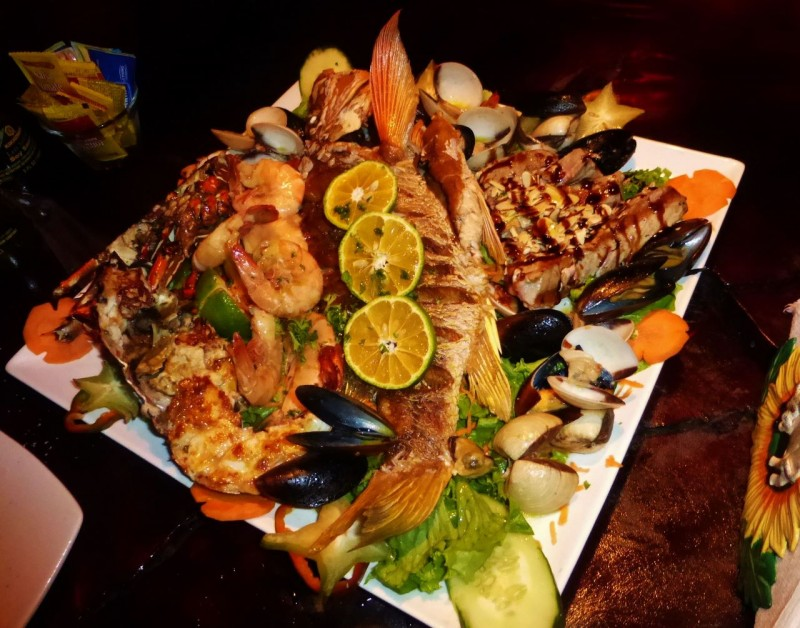 …and pigging out on this fresh fish/shellfish platter!