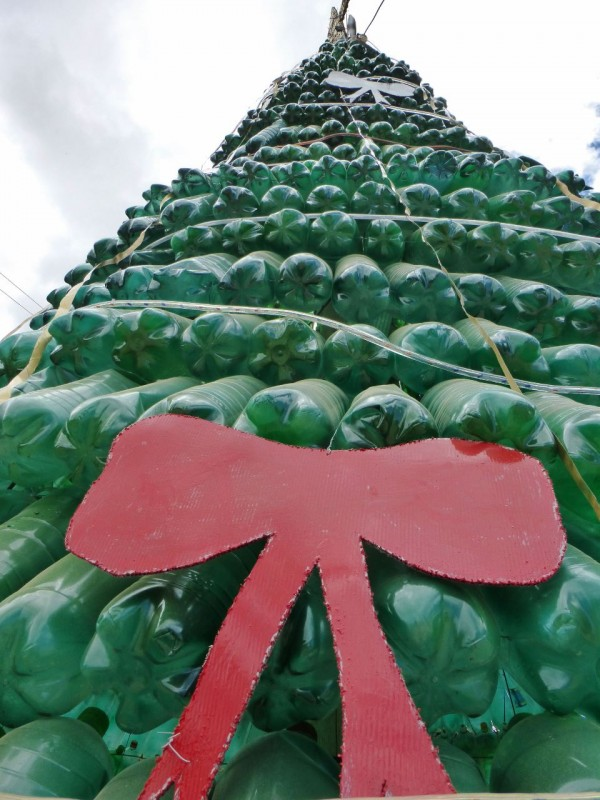 Yup, another wonderful use for soda bottles…first, water offerings to favorite saints, now Christmas trees.