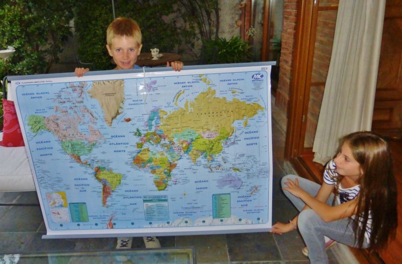 It has been summer vacation and all the schools have been on holiday since we arrived back in December, so we have not been able to give away any more of the world maps we bought in Ecuador.  Sebastian and Luz's kids, Seba and Amelia turned out to be enthusiastic recipients.